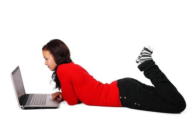 notebook, žena, ležet, červený svetr, černé kalhoty