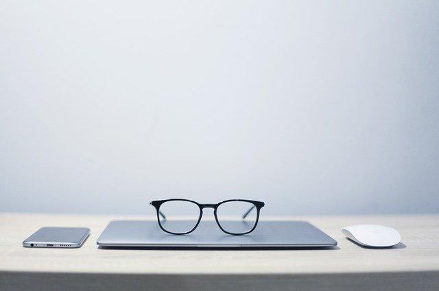 brýle zápisník telefon myš