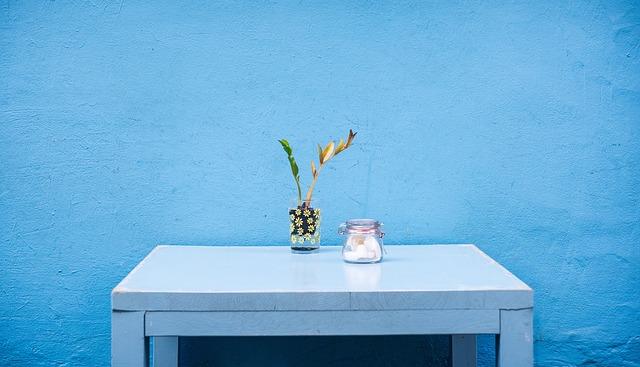 stolek u zdi
