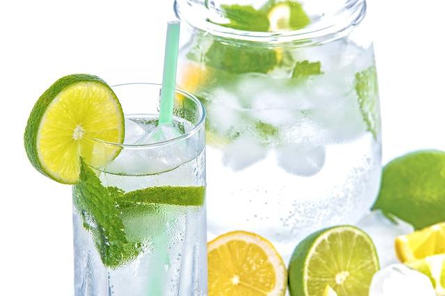 voda s ledem a citrusy