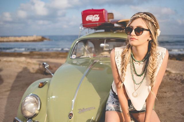 dívka s broukem na pláži